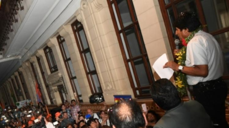 Evo entregó ley que subvenciona precio de combustibles para bolivianos en el exterior