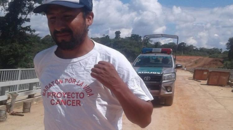 """Un atleta de """"hierro"""" recorre por Bolivia en demanda de hospitales para enfermos con cáncer"""