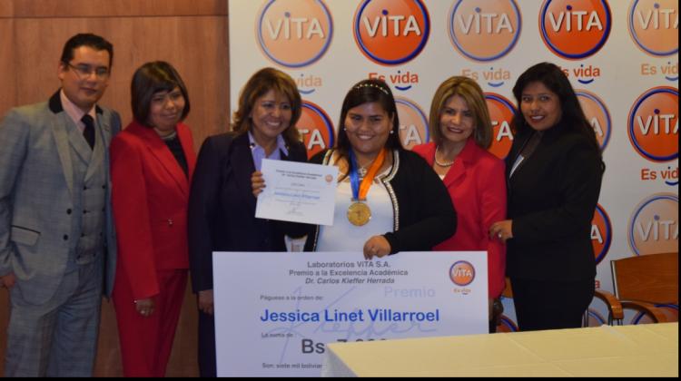 7. La ganadora junto a los ejecutivos de Laboratorios VITA