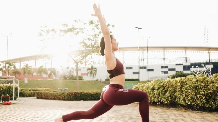 FOTO mujer haciendo yoga